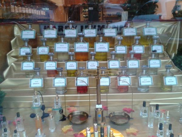 Lehmann Parfum nach Gewicht in Berlin Kantstraße Schaufenster