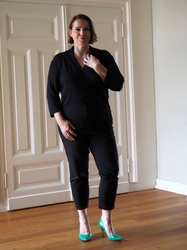 Outfit schwarze Hose schwarzes T-Shirt Highheels
