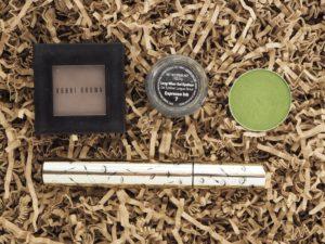 Makeup: Basismakeup plus grün. Aber richtig grün.