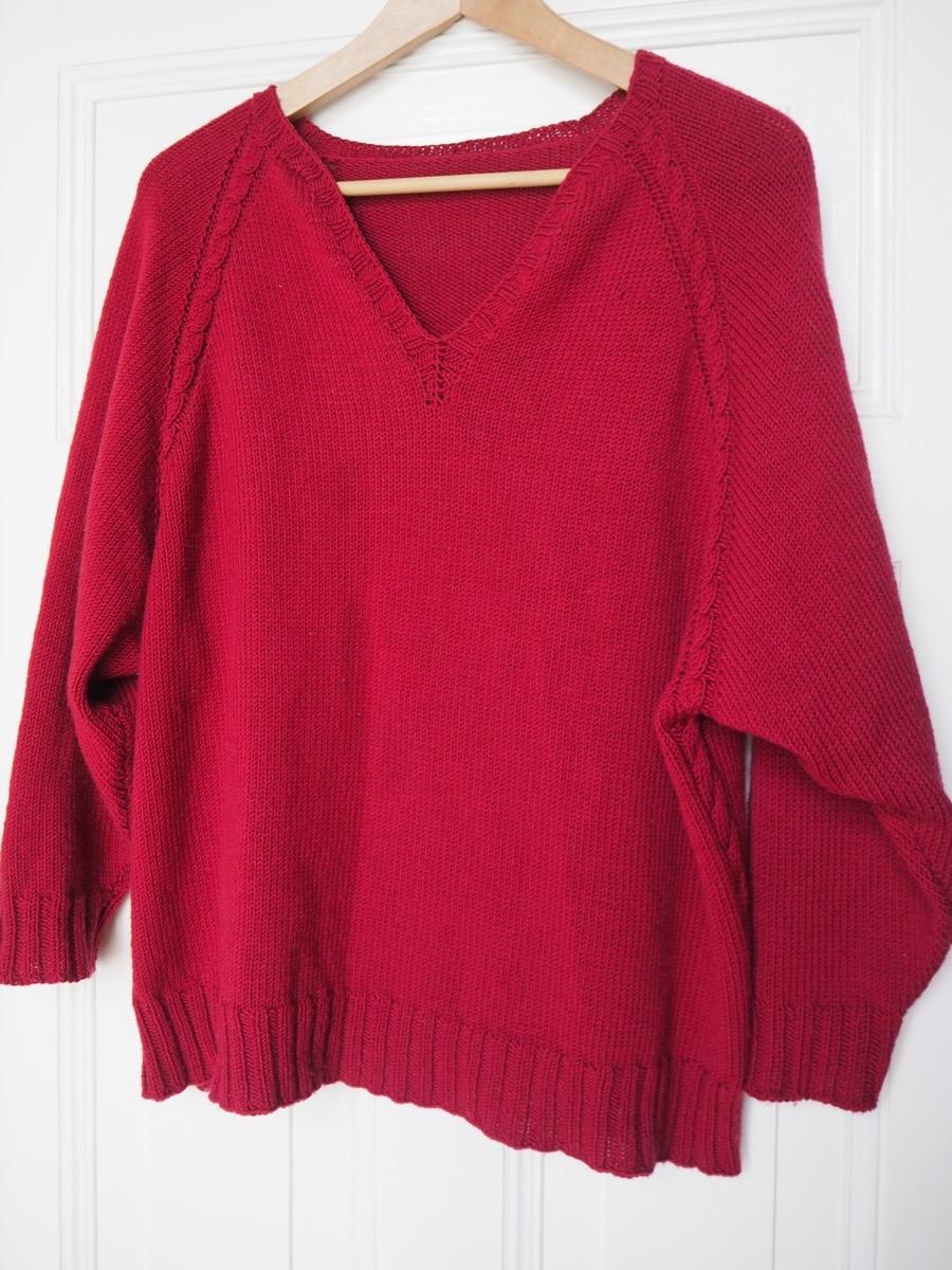 Stricken roter Pullover Zopfraglan Raglan von oben RVO
