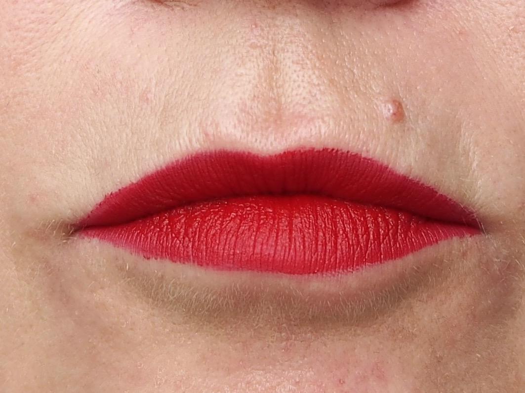Roter Lippenstift Schritt 4- Lippenstift aufgetragen