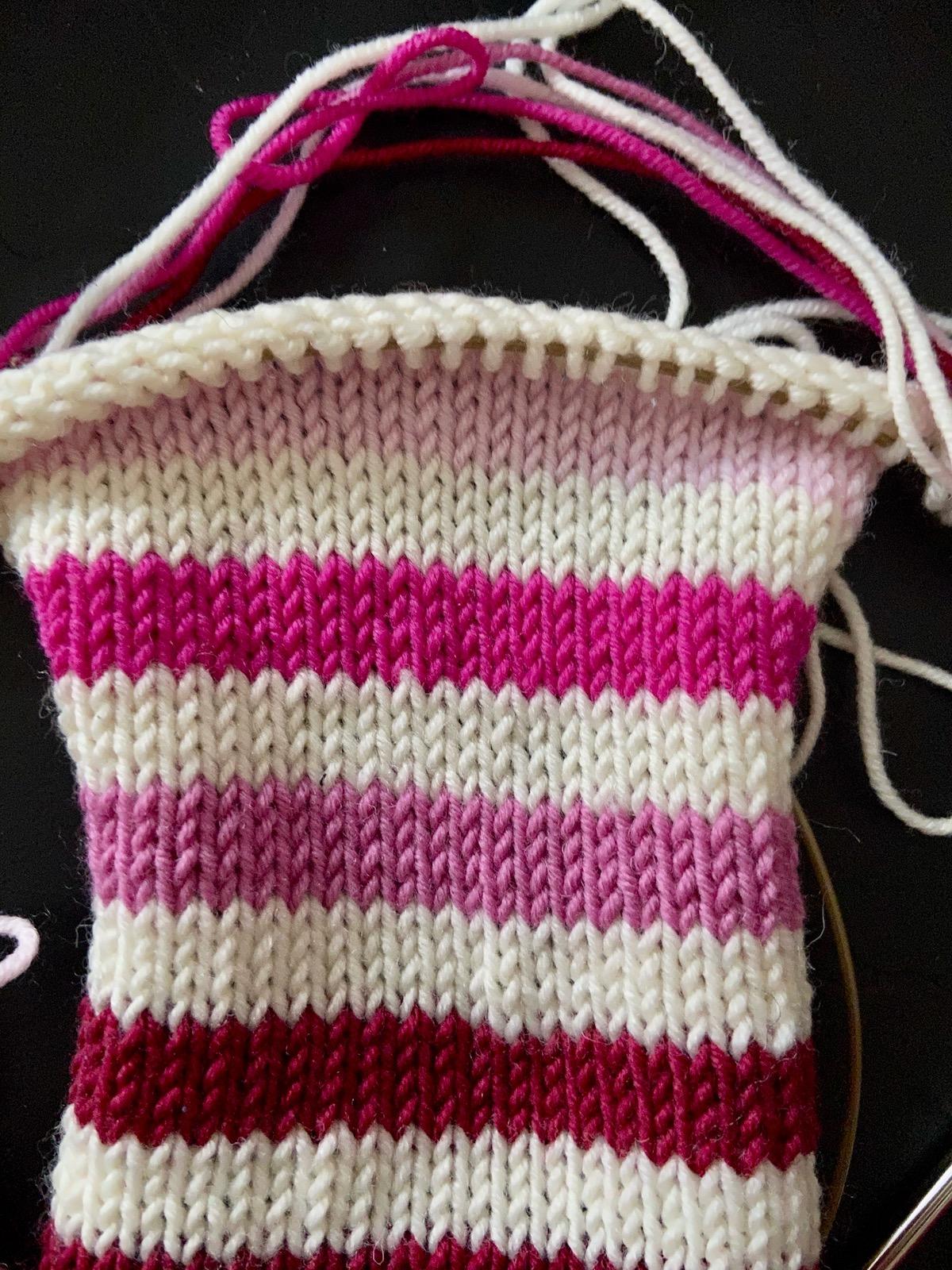 Neuer Pullover mit bunten Ringeln Probe stricken 2