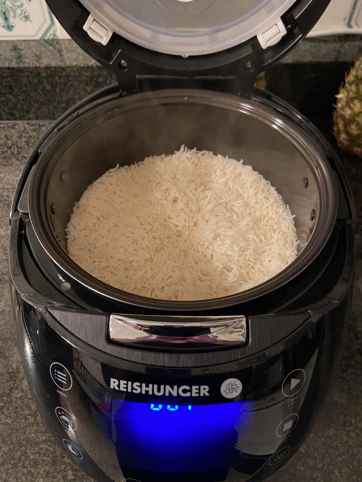 Für vier (gute) Esser machen wir vier Becher Reis, viel bleibt normalerweise nicht übrig.